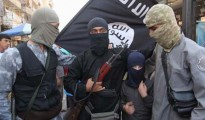 """Masked Al-Qaeda fighters with a young member of the terrorist group """"Islamic State in Iraq and the Levant"""" (ISIS) (Photo: dpa)"""