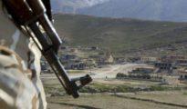 Un combattant du HPS près du temple yézidi de Sherfedin