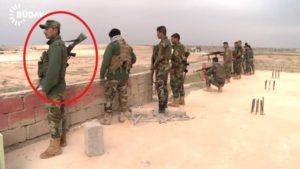 """Images des Peshmergas dans Hanasore avec des mitrailleuse MG3 fabriquées en Allemagne (capture d'écran de la séquence vidéo """"Ore"""")"""