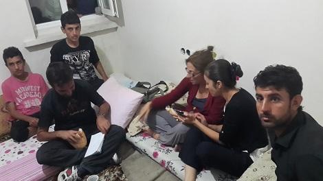 Адиб показывает доктору Бим фотографии похищенных сестер