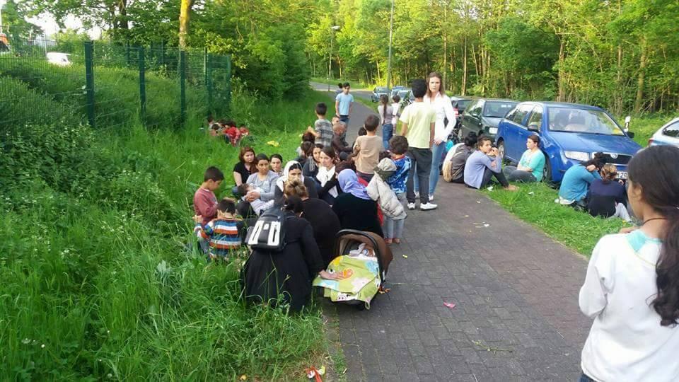 Aus Angst begaben sich êzîdîsche Flüchtlinge außerhalb der Unterkunft in Bielefeld