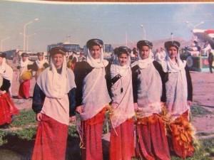 Êzîdîsche Mädchen in traditioneller êzîdîscher Tracht