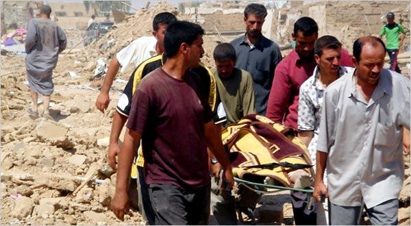 Freiwillige Helfer ziehen immer wieder Leichen aus den Trümmer des zerstörten Gemeinde Til Ezer (Mohammed Ibrahim/AP)