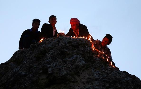 Êzîden zünden zum Neujahrsfest 2015 auf den Hügeln des Lalish-Tals Cira-Lichter an (Safin Hamed/AFP)