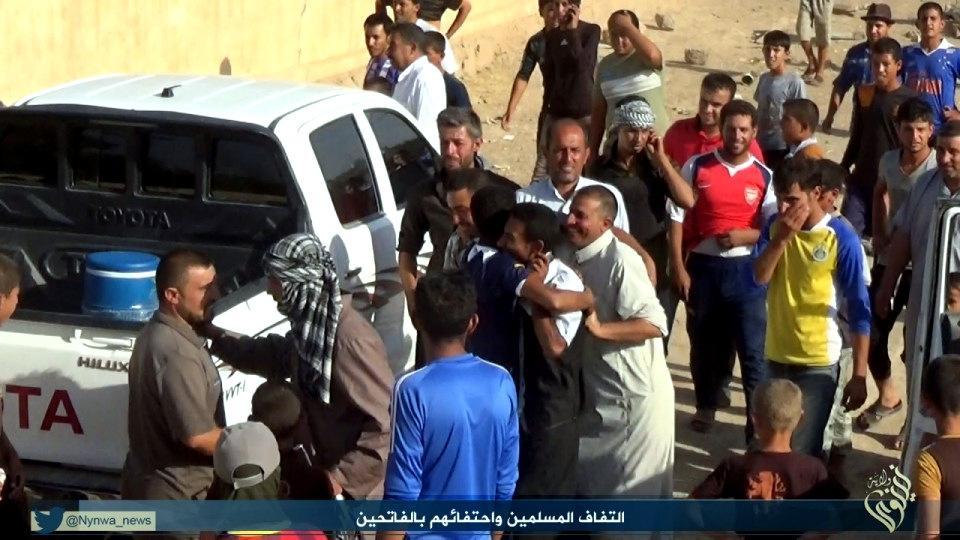 Ehemaliger Nachbarn der Êzîden in Shingal empfangen IS-Terroristen (IS-Propagandabild)