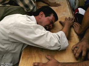 Ein Êzîdî trauert um einen getöteten Angehörigen (AP)