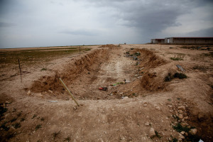 Massengrab nahe der Kleinstadt Khanasor im Norden Shingals, dass im Februar entdeckt wurde (Yusuf Sayman/BuzzFeed News)