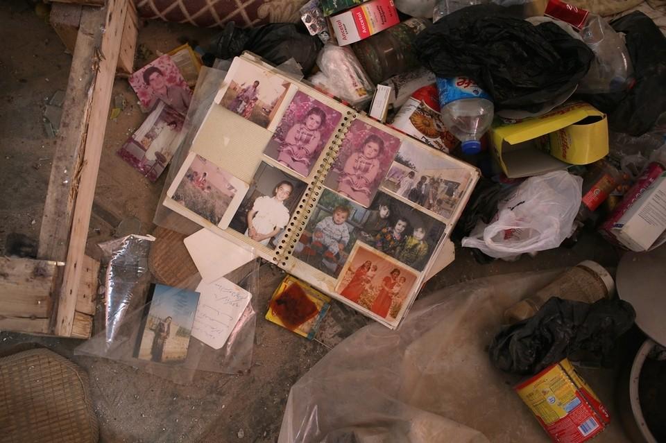 Fotoalbum einer êzîdîschen Familie in den Trümmern der zerstörten Stadt Shingal (John Moore)