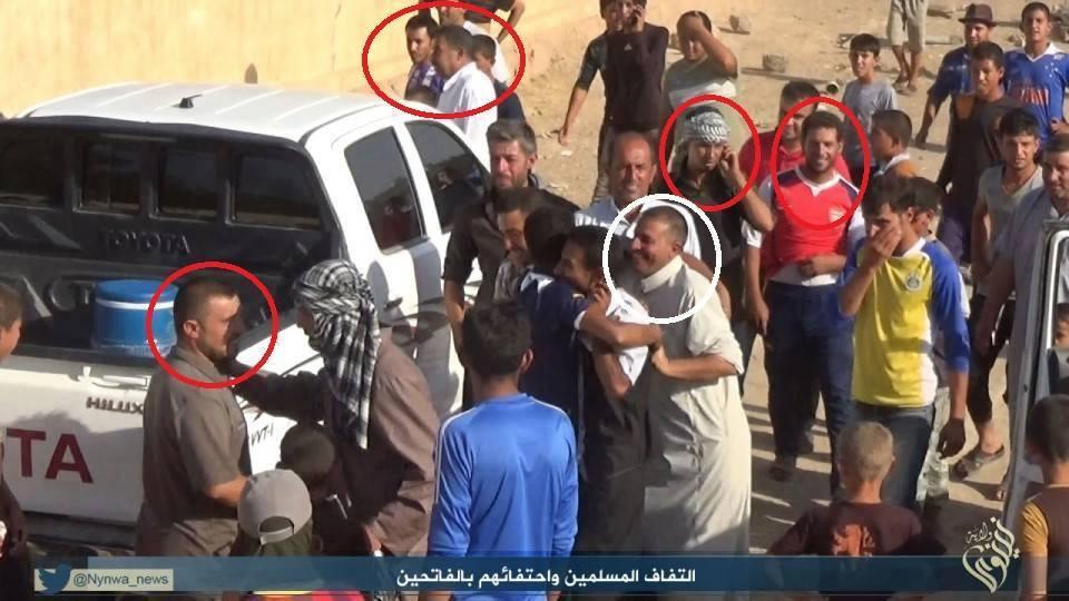 Araber in Shingal begrüßen die einfallenden IS-Terroristen am 3. August 2014. Die markierten Gesichter sind namentlich bekannte Nachbarn der Êzîden (Screenshot aus einem IS-Propagandavideo, das die Einnahme der Shingal-Region zeigt)
