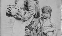 Armenische Frau mit Kindern im Jahr 1899 auf der Flucht vor Massakern an Armeniern im Osmanischen Reich