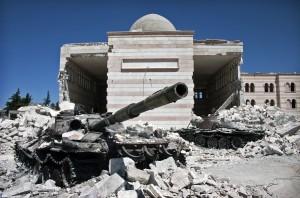 Zwei zerstörte Panzer an einer Moschee in Azaz, Syrien | Christiaan Triebert