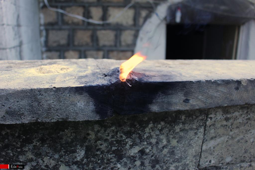 Brennender Docht auf einer Mauer des êzîdîschen Heiligtums Lalish: Tempeldiener entzünden täglich 366 Lichter