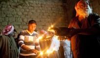 Êzîdîscher Würdenträger entzündet ein heiliges Licht im Heiligtum Lalish