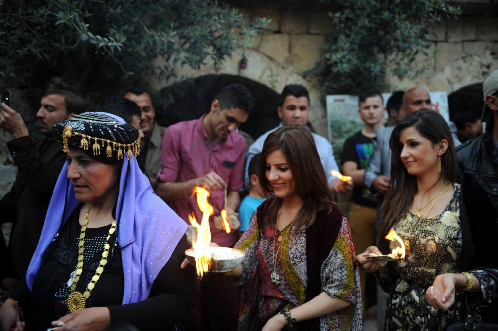 Êzîdînnen tragen am Neujahr heilige Lichter durch das Heiligtum Lalish (AA)