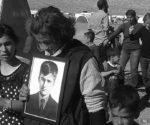 Êzîdîn hält das Foto des getöteten 13-jährigen Sufian Jassem während einer Demonstration gegen die türkischen Luftschläge in Shingal (E. Qirani, 27. April 2017)