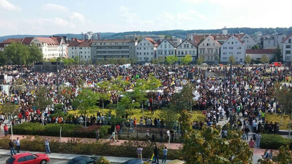 Tausende Êzîden demonstrierten in Bielefeld gegen den IS-Terror . Türkische Spione fotografierten die Demonstration (9. August 2014)