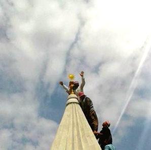Anbringen des Sonnensymbols am wiederaufgebauten Tempel in Bashiqa (12. April 2017)