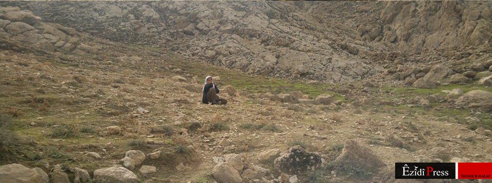 Ezidische Mutter nahe der Pilgerstätte Sherfedîn vor dem Bergmassiv (23. Okt. 2014)