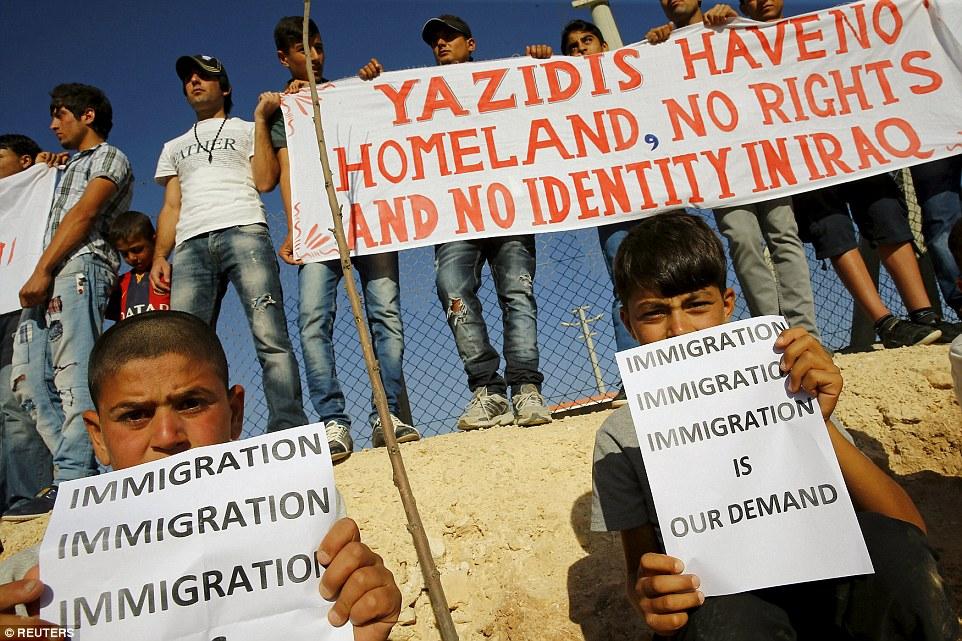 Êzîdîsche Flüchtlinge in der Türkei machen während des Besuchs von Angelina Jolie auf die existenzbedrohende Sitution der Minderheit im Irak aufmerksam (AA)