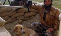 """Faris Khalil und sein Hund """"Vater des Zornes"""" im Shingal-Gebirge. Im Nordirak kämpfen beide Seite an Seite gegen die Terrormiliz IS"""
