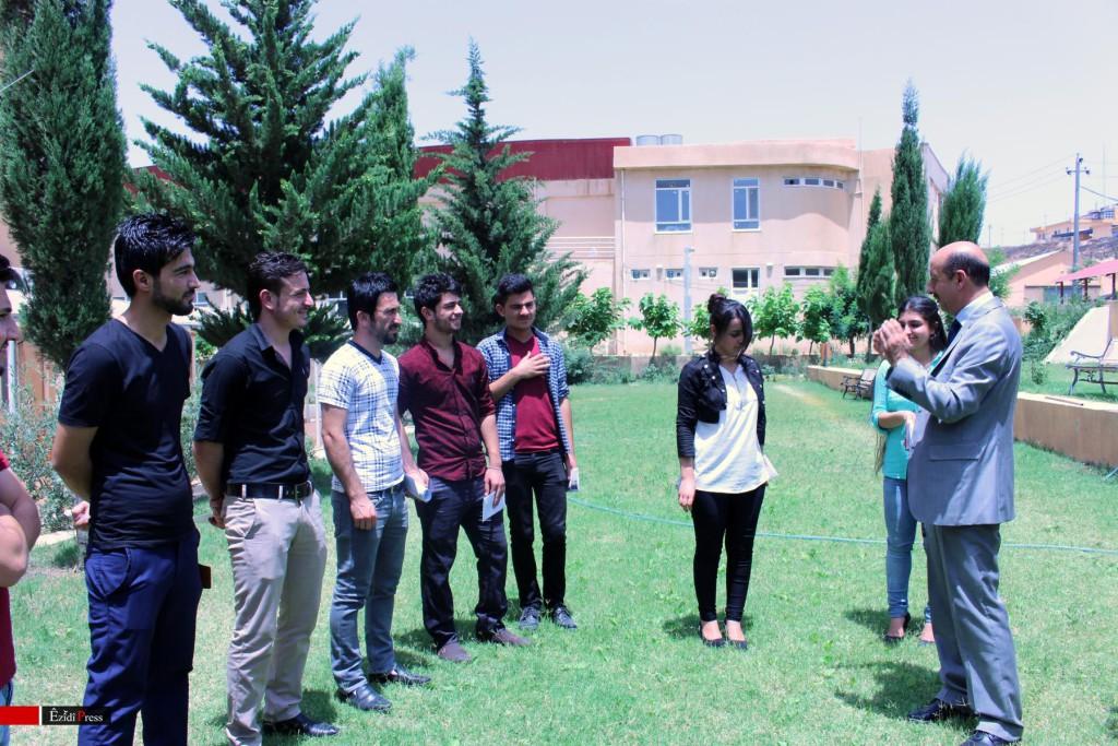 Richter Kheri Khidir überreicht êzîdîschen Studenten finanzielle Hilfe