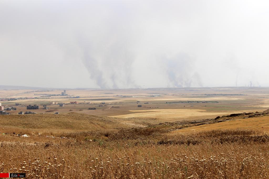Rauchwolken über vom IS besetzte Dörfer der Shabak-Minderheit, die die dortige Existenzgrundlage der Menschen in Brand stecken