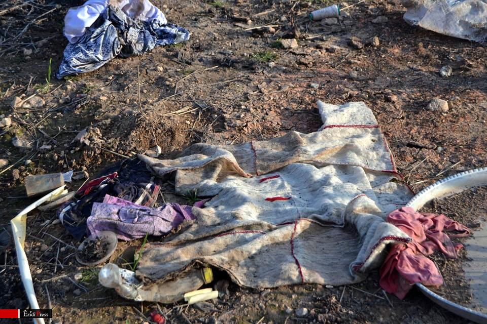 Überreste einer traditionellen Tracht der Êzîden aus Shingal in der Gemeinde Hardan: hier hat die Terrormiliz über 600 Frauen, Kinder und Mädchen entführt und Hunderte Männer getötet