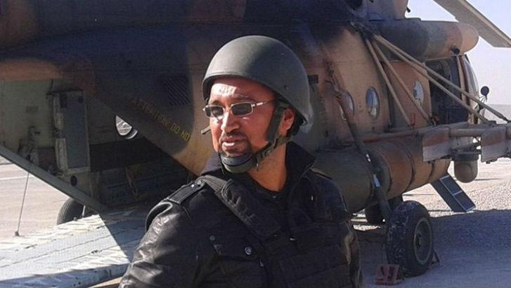 Hassan Ashwor vor einem Helikopter, mit dem er mehrfach Journalisten in das Shingal-Gebirge begleitete (RPT)