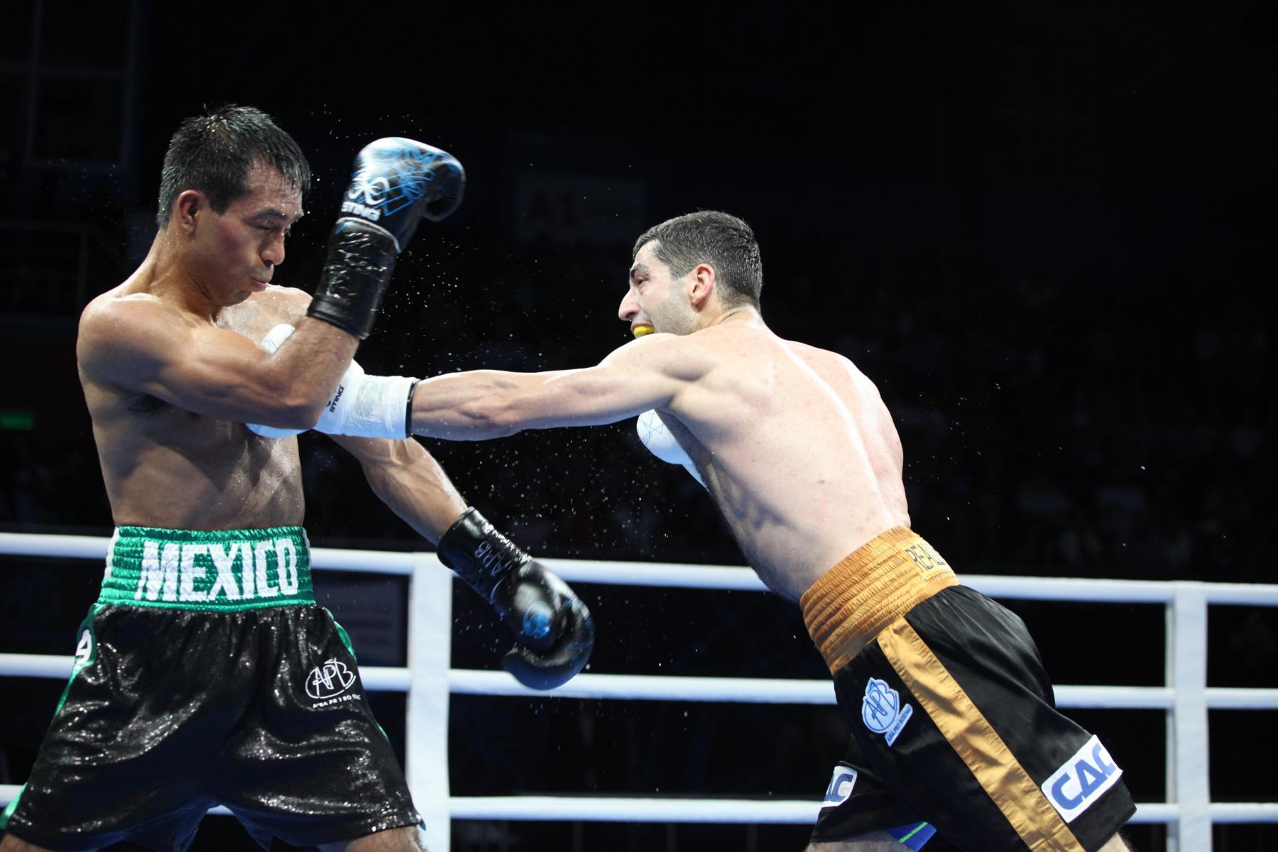 Elias Emigdio (li.) und Misha Aloyan während des APB-Titelkampfes in Russland (APB)