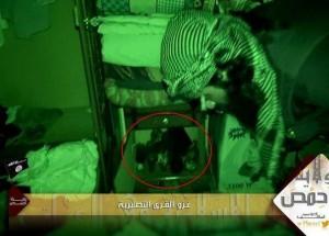 ISIS Terroristen bei der Stürmung eines Hauses, in dem sich ein Kind versteckt hält