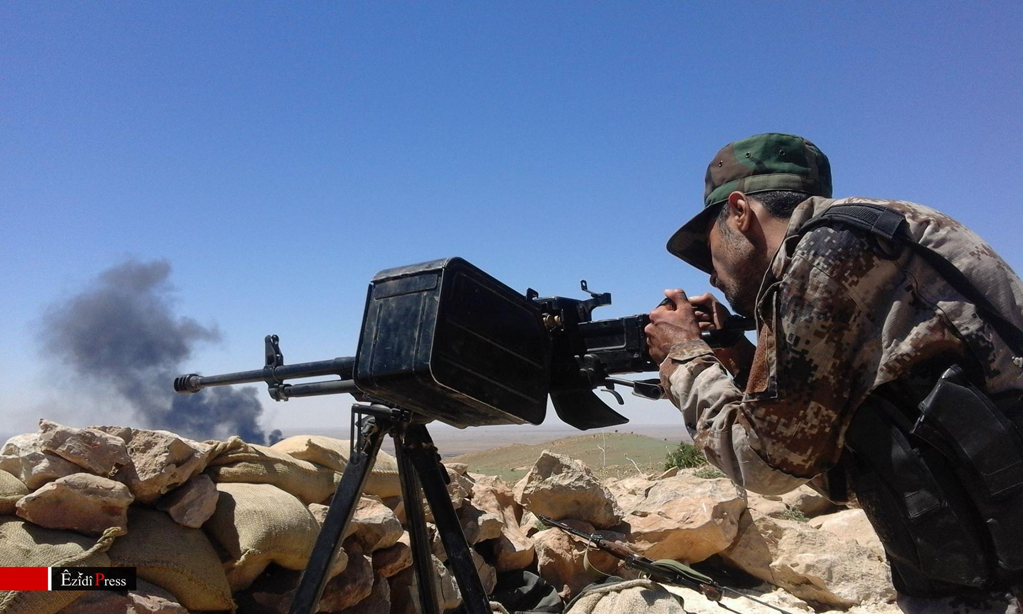 Kämpfer der K.S.-HPŞ während Gefechten mit IS-Terroristen in Solakh im Westen Shingals