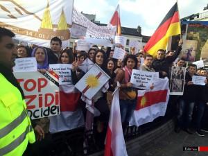 Êzîden demonstrieren in Brüssel vor dem Europäischen Parlament gegen die Massenmorde im Irak
