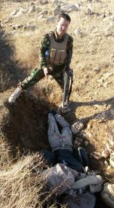 Peshmerga vor einem getöteten IS-Terroristen nahe Hardan im Osten Shingals am 12. November 2014