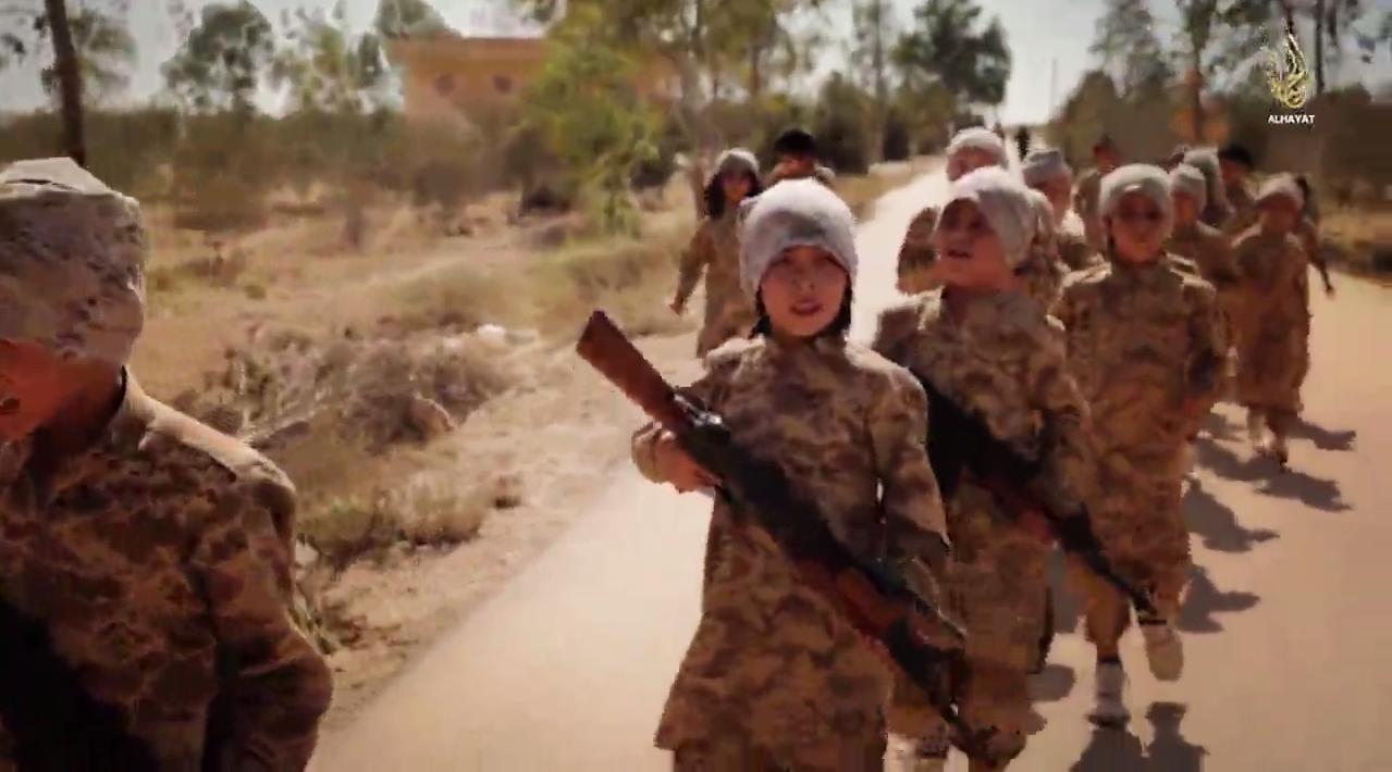 """Von der Terrormiliz """"Islamischer Staat"""" militärisch zum Kampf ausgebildete Kinder in einem Propagandavideo"""