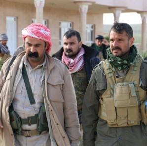 Êzîdîsche Widerstandskämpfer in Sherfedîn, Kommandeur Heydar Shesho (re.)