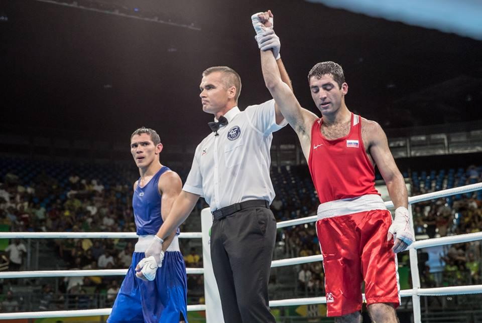 Misha Aloyan (rechts) nach seinem Sieg im Viertelfinale der Olympischen Spiele in Brasilien (AIBA)