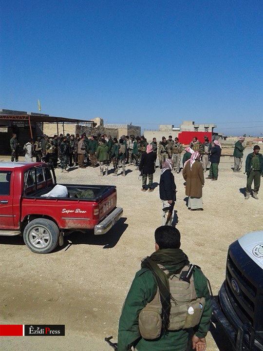 Êzîdîsche Widerstandskämpfer während der Festnahme des IS-Emir Al-Hassal