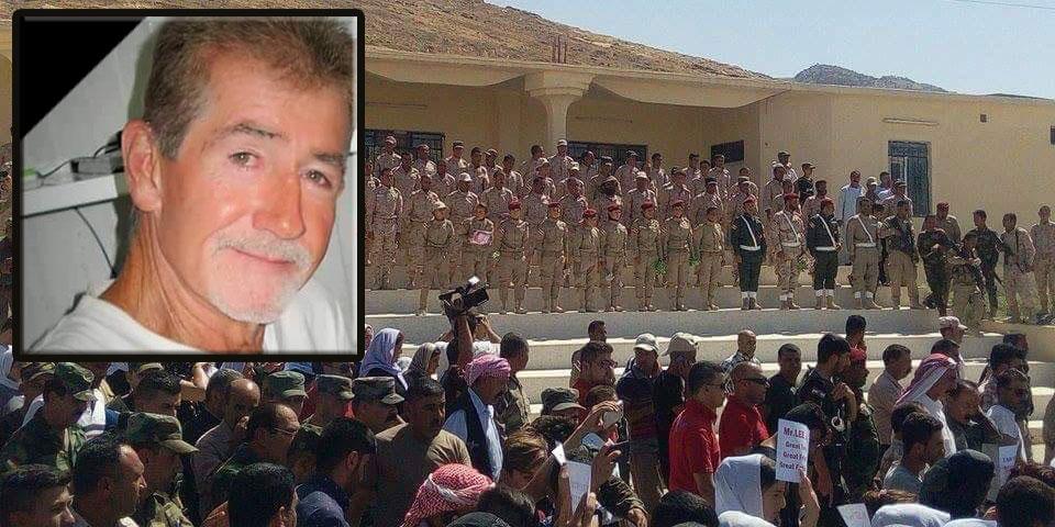 KämpferInnen der êzîdîschen HPÊ erweisen dem verstorbenen US-Aktivisten in Shingal die letzte Ehre (21.07.2016)