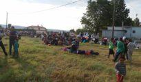Stundenlang harrten die êzîdîschen Flüchtlinge aus Furcht auf einem Feld aus (Anna Norona)