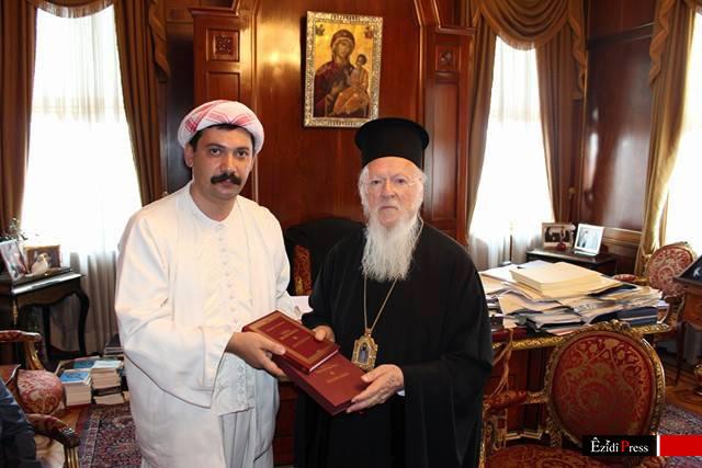 Pîr Dîma (li.) und Patriarch Bartholomeos I. überreichen einander Lehrschriften (ÊP)