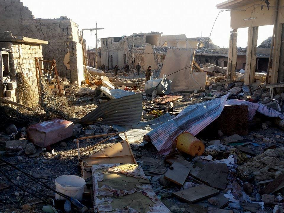 Kämpfer durchqueren die zerstörte Stadt Shingal im Nordirak (Nov, 2015)
