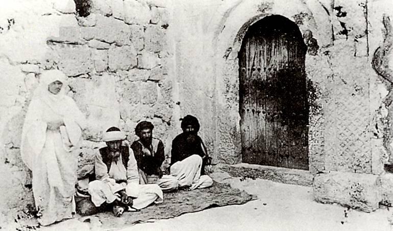 Êzîdîsche Würdenträger an der westlichen Wand des Heiligtums Lalish im Jahr 1886 (Guest)