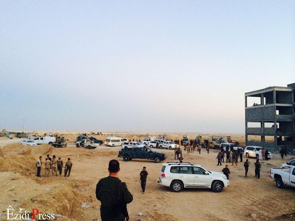 Rückzug der irakischen Brigade nach Shingal, wo sie von Pêşmerga Einheiten empfangen werden   ©ÊzîdîPress (Hassan Omar)