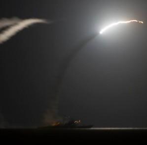 US Kriegsschiff USS Philippine Sea feuert lenkgesteuerte Tomahawk Raketen auf Stellungen des IS in Syrien ab | DOD