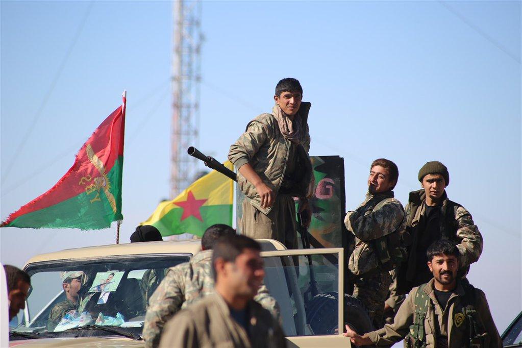 Kämpfer der êzîdîschen YBŞ und der Volksverteidigungseinheit YPG in Shingal (13. Nov. 2015/ANF)