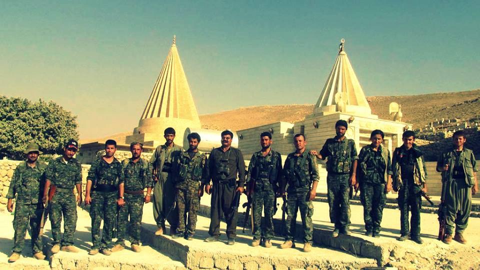 Kämpfer der YPG und HPG an der êzîdîschen Pilgerstätte Sherfedîn in Shingal