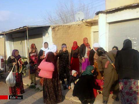 Nach ihrer Befreiung wurden die Frauen und Kinder von YPJ-Kämpferinnen betreut