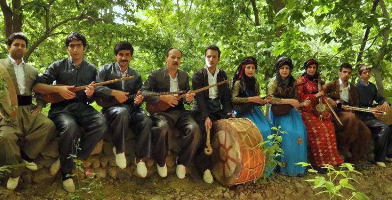 Yarsanîs in traditionellen Kleidung