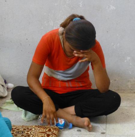 Erste Pause: Nachdem sie vor Gewalt und Entführungen in Shingal geflüchtet ist, sitzt und weint ein yezidisches Mädchen angekommen in ihrem neuen Zuhause - einem Schulzimmer in Zakho. | Photo: Matthew Barber/Syria Comment