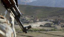 Êzîdîscher Widerstandskämpfer bewacht die Pilgerstätte Sherfedin in Shingal (Seivan Selim/AP)